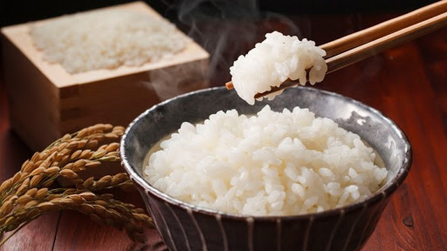 Comer arroz con palillos